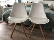 Stühle in weißem Design