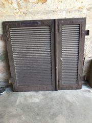 Alte Holz-Fensterläden lackiert mit Beschlägen