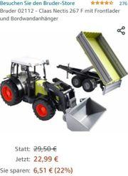Traktor mit Anhänger und frontladerschaufel