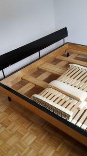 Omas Kleiderschrank modernes Doppelbett sowie
