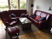 zwei Sofas und Relaxsessel von