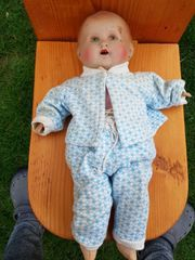 alte Puppe mit Originalkleidung
