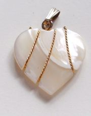 Herzanhänger Modeschmuck - perlmuttfarbig mit Goldfäden