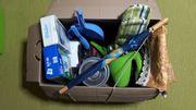 Kiste mit Flohmarktartikeln Haushalt