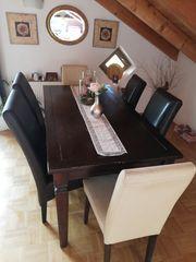 Massiver Holztisch mit Stühlen