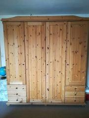 Großer Kleiderschrank aus Weichholz