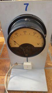 Antikes Voltmeter auf Stativ 500