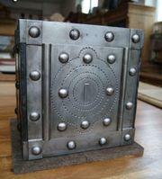 Sehr kleiner antiker Tresor Kriegskasse