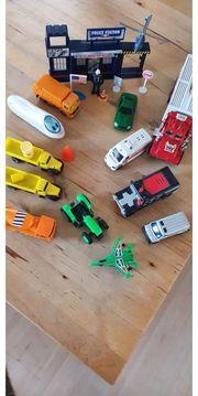 Spielzeugautos mit Zubehör