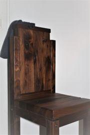 Stuhl aus massivem Nussbaumholz mit