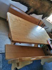 Massiver Holztisch mit Bänke