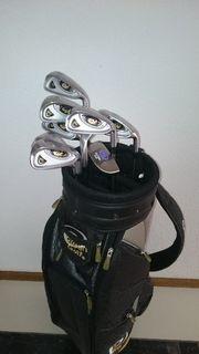 Golfset mit Golfschlägern und Golftasche