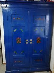 Altmodischer blauer Schrank