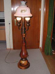 alte Holzstehlampe mit Glaslampenschirm Glaskolbenzylinderleuchten