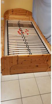 Massives Holzbett mit Schubladen
