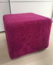 Pinkfarbener kuscheliger Sitzhocker