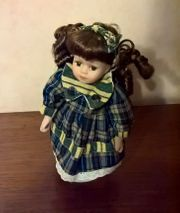 Porzellanpuppe mit Karo-Kleid