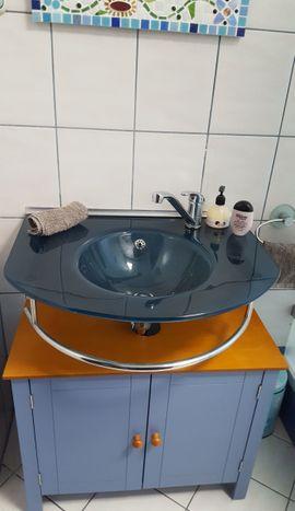Bad, Einrichtung und Geräte - Glaswaschbecken in elegantem Blau incl