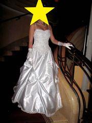 Brautkleid mit Reifrock und Handschuhe