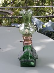 Petroleumlampe grünes Glas Motiv Haus