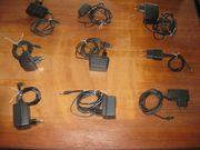verschiedene Netzteile und Ladegeräte für
