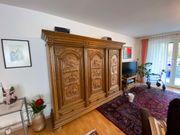 Rustkaler Eiche-Wohnzimmer Schrank mit Pferdemotiv