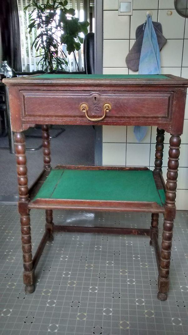 Zu verkaufen alter antiker Holzschrank