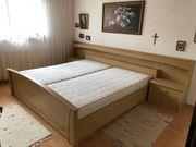 Doppelbett mit Matratze und Nachttischen
