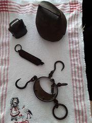 Alte Glocken und Waagen