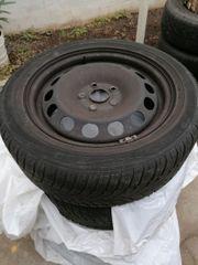 Stahlfelgen mit Reifen und Radkappen