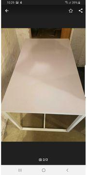 Schöner schlichter weißer Tisch