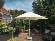 Landhaus-Sonnenschirm mit Ständer aus Stein