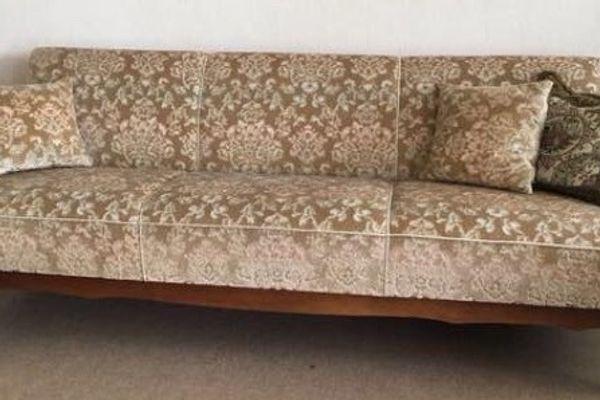 Schönes Sofa Im Biedermeier Stil Mit Zwei Dazugehörigen Sesseln In