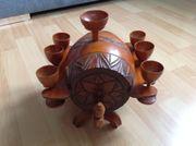 Altes Holz-Weinfass mit 6 Kelchen