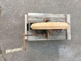 Bild 4 - alter Schleifstein auf Holzgestell mit - Maxdorf