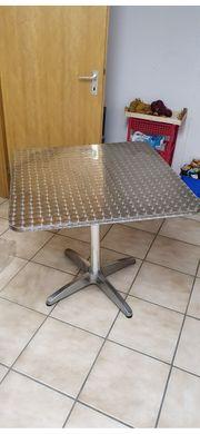 Tisch mit Edelstahl Oberfläche