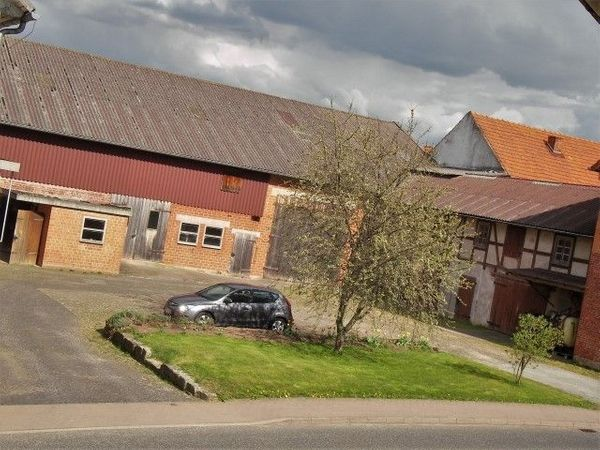 Großes Bauernhaus landwirtschaftlichen Nebengebäuden großem