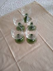 5 Weingläser mit grün schimmerndem