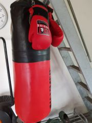 Boxsack mit Boxhandschuhen abzugeben