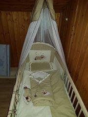 Babybett mit Matratze und Bettwäsche