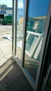 Zweiflügige Holztür mit Seitenteil und