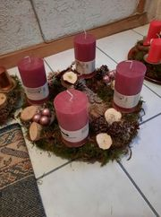 Schöner Adventskranz in rosa Tönen