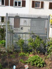 Sichtschutzzaun aus Holz grau lackiert