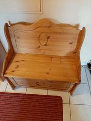Sitzbank mit Truhe