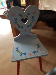 schöner Kindertisch mit Stuhl