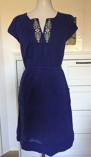 Blaues Kleid mit Stickerei Tommy