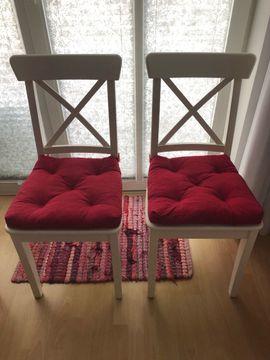 Zwei Holzstühle weiß mit roten Kissen