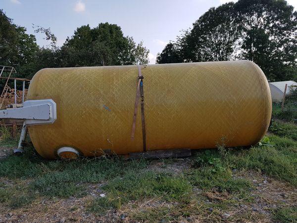 Wassertanks verschiedene Größen stehend oder