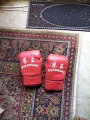 Ein paar große Boxhandschuhe chinesische