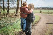 Neuartige Huckepack-Rückentrage für Kita-Kinder - versteckt